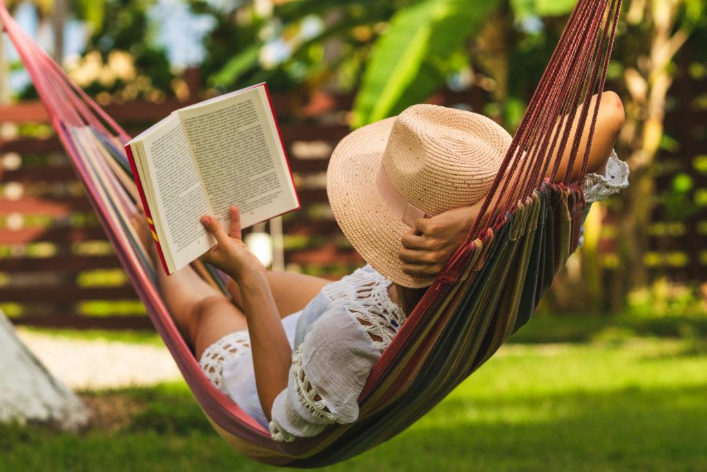 donna che legge un libro sull'amaca