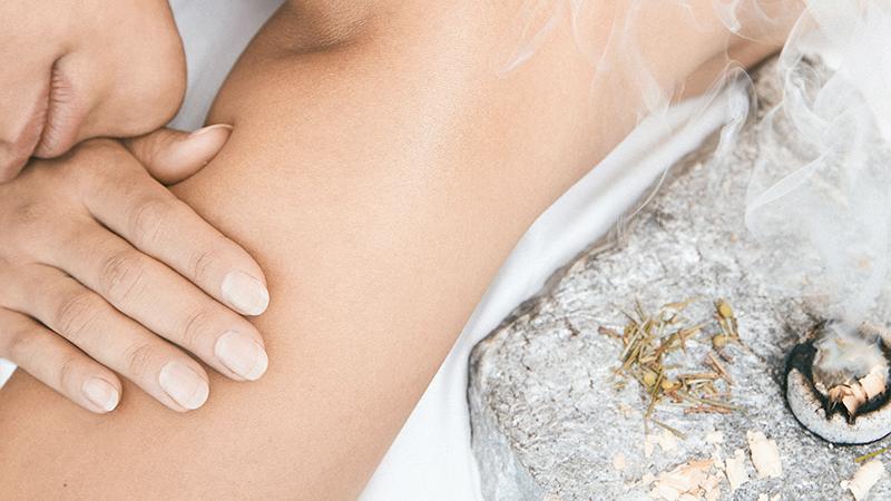 donna distesa per un massaggio