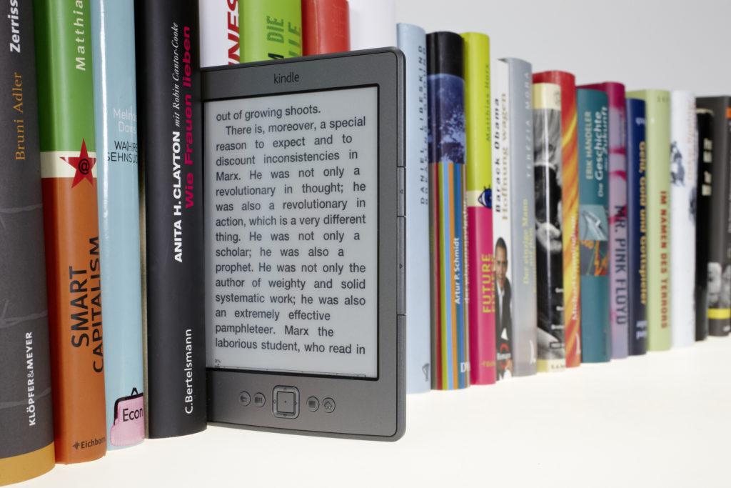 Carta o digitale? I libri più venduti della classifica Amazon