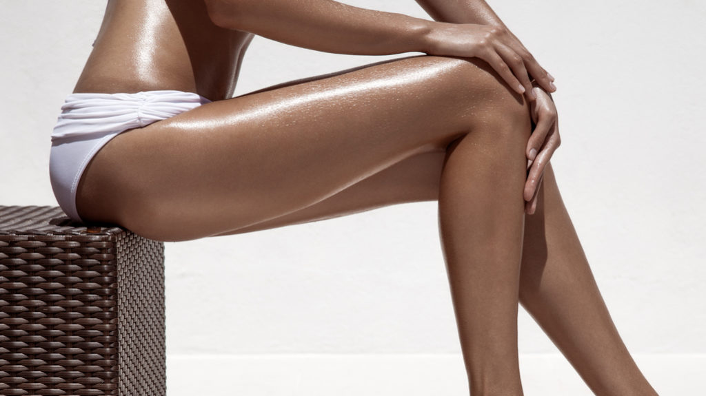Come sottolineare l'abbronzatura: strass e glitter sulla pelle