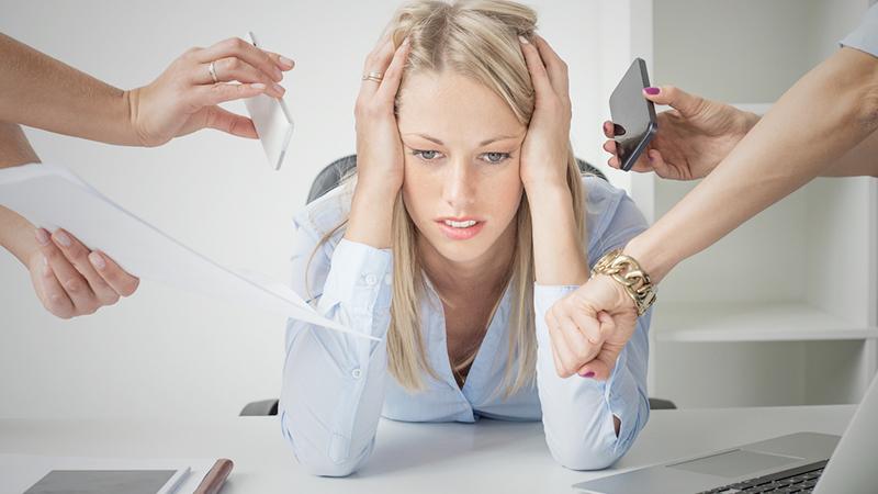 ragazza stressata per il lavoro