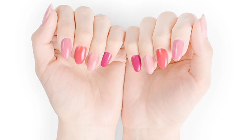 Tendenze unghie: gli smalti per esaltare l'abbronzatura