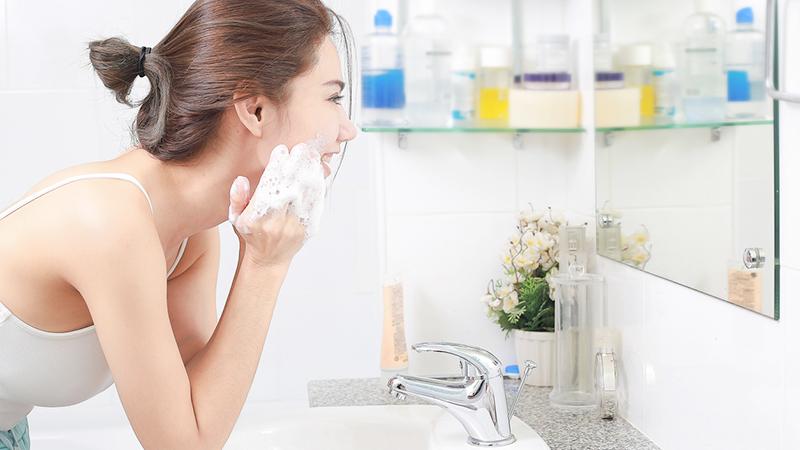 ragazza che si lava il viso